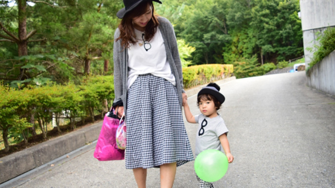 母親と手を繋いで公園を歩いてる男の子