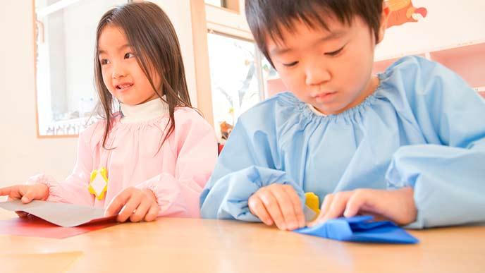 折り紙する園児