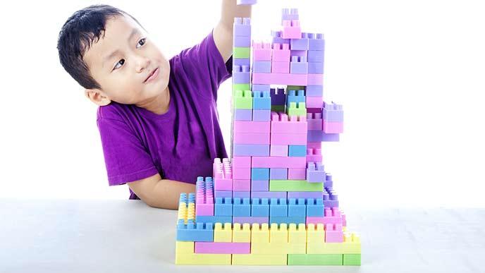 レゴブロックで遊ぶ子供