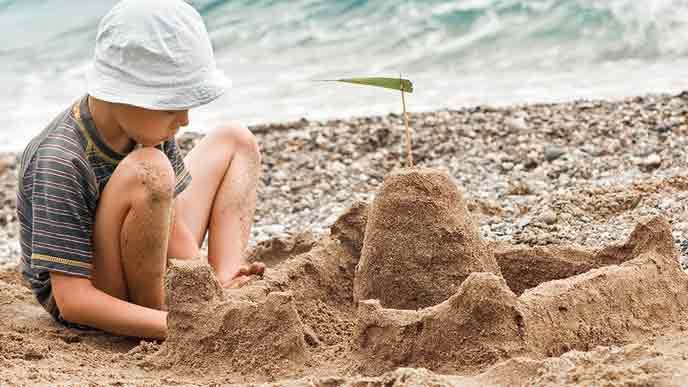 砂の城を作る子供