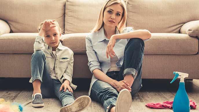 ソファの前に並んで座る母と娘