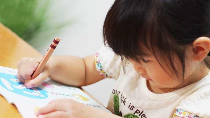 通信教育の教材でひらがなの勉強をしてる1年生の女の子