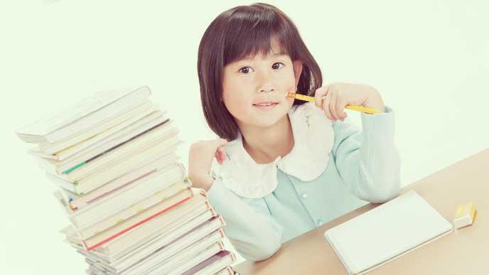 通信教育の教材が溜まってしまって途方に暮れてる女の子