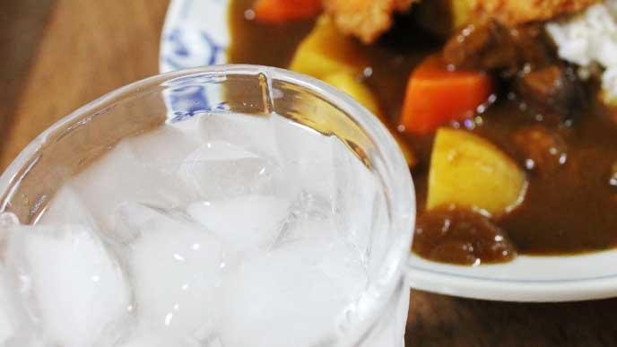 晩御飯のカレーライスとお水