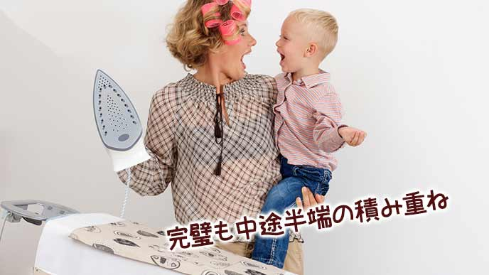 子供を抱きながらアイロンがけする主婦