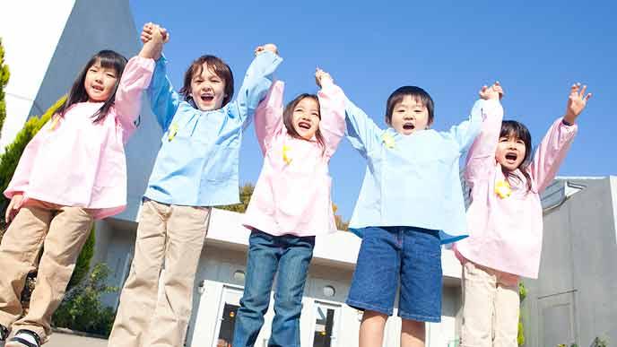 手を取り合って並ぶ幼稚園児