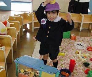 遊具で一人遊ぶ園児
