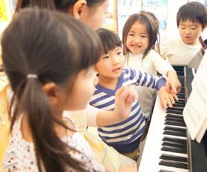 園児に音楽を教える先生