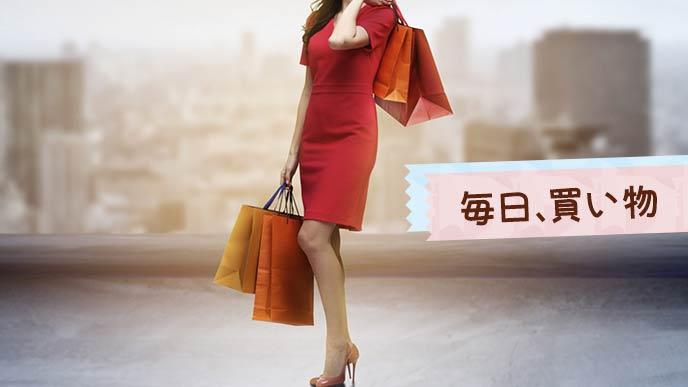 買い物をして袋を下げて歩く女性