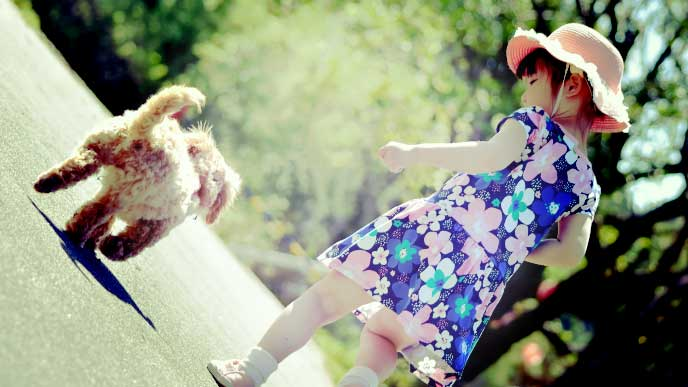 小さな犬から走って逃げる女の子
