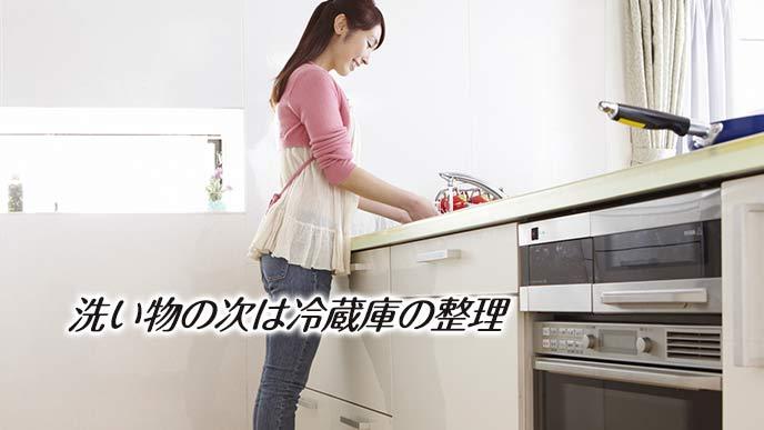 台所で洗い物をする主婦