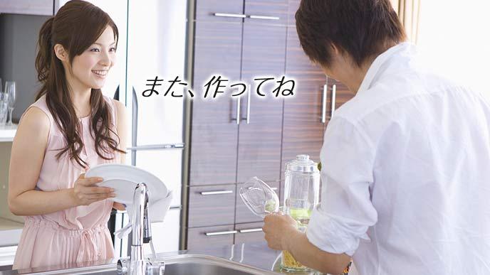 グラスを拭く夫に料理のことを褒める妻