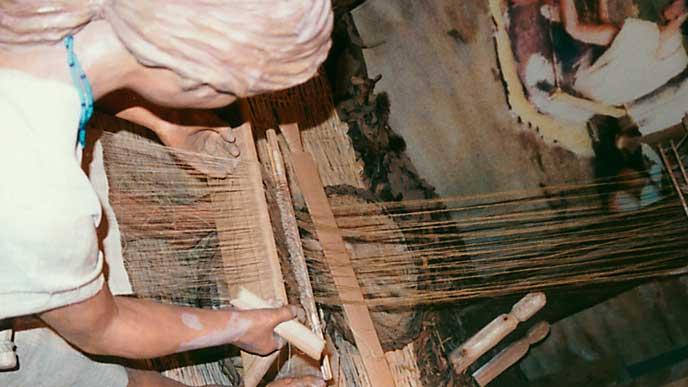 博物館にある弥生時代の機織り器具の展示物