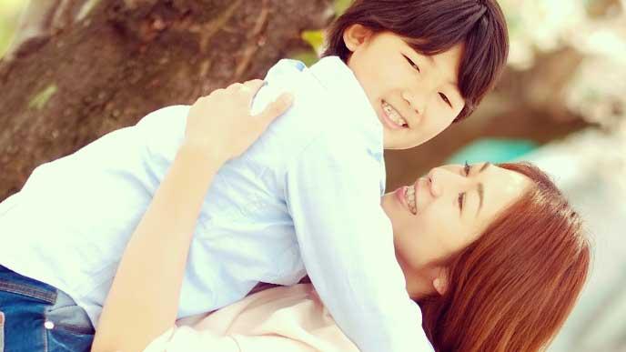母親に抱っこしてもらっている男の子