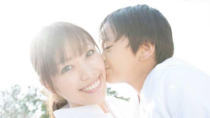 母親のホッペにキスする男の子