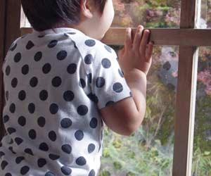 庭を見つめる子供