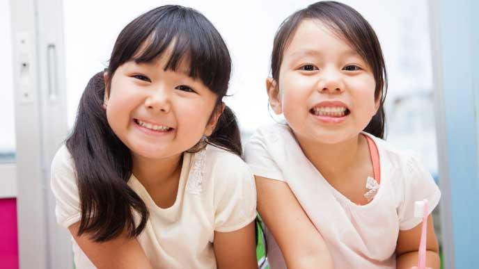 笑顔で友達と並ぶ女の子