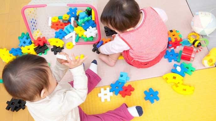 保育園のおもちゃで遊ぶ赤ちゃん