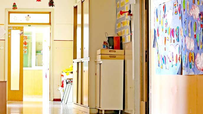 奥に教室の入り口が見える保育園の廊下