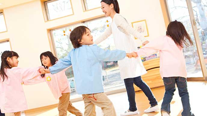 園児たちと輪になって踊る保育園の先生