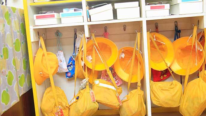園児の黄色い帽子とカバンが掛かった保育園の教室