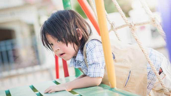 保育園の庭にある遊具で遊ぶ一時保育の園児