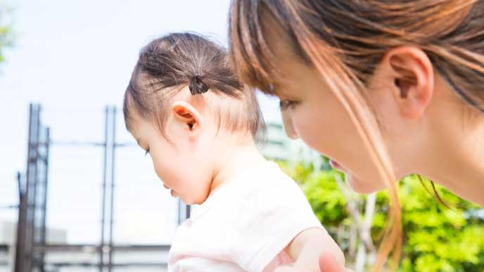 散歩中に子供を気遣うシングルマザー
