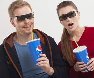 3D映画を鑑賞する夫婦