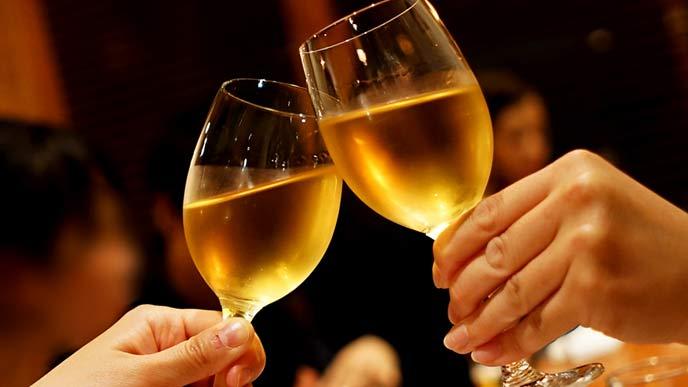 レストランでワイングラスで乾杯