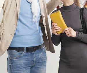 財布を持つ妻と付き合う夫