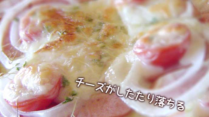 オーブントースターの中でとろけるチーズ