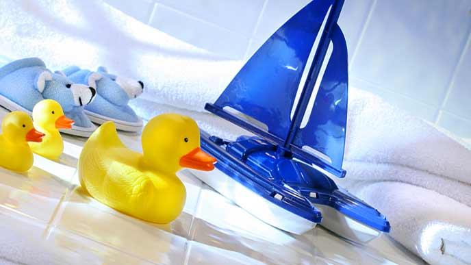 船とアヒルの玩具が置かれた浴室
