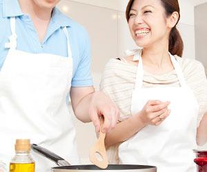 夫婦で一緒に調理