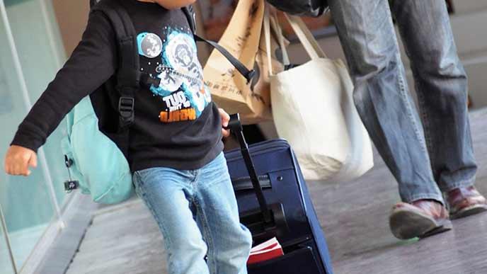 自分の荷物を引っ張る子供