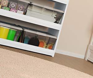床と同じ高さに収納ボックスを置く