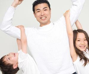 父親が子供を腕にぶら下げる