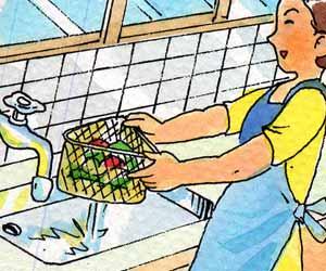 生ゴミの水切りをする主婦