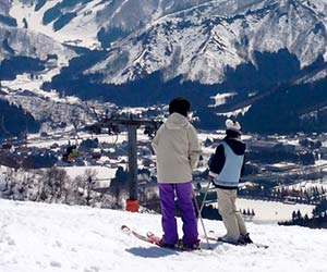 スキー場に立つ