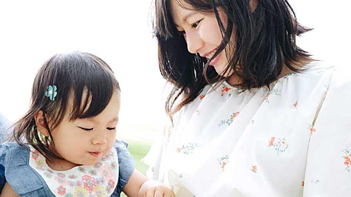 子供とゆっくり過ごす母親