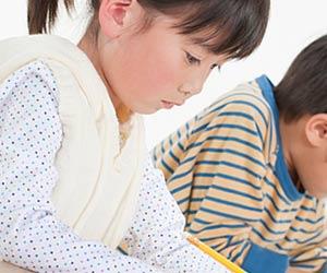 公文で学ぶ女の子