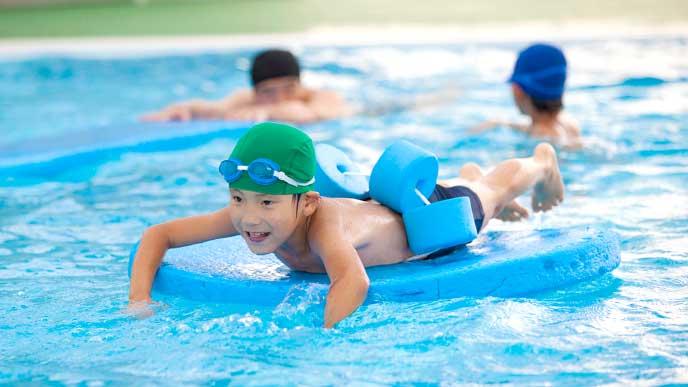プールで泳ぐ小学生