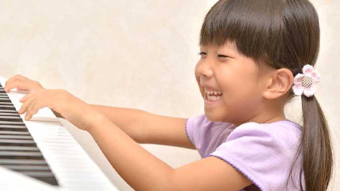 楽しそうにピアノを弾く女の子