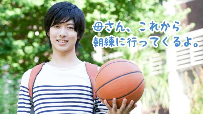 片手にバスケットボールを持った男の子