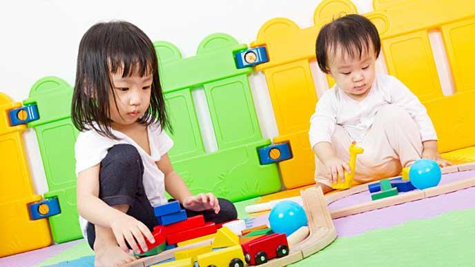 おもちゃで遊ぶ子供と赤ちゃん