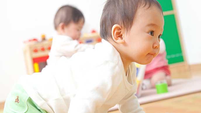 児童館の部屋をハイハイで進む赤ちゃん