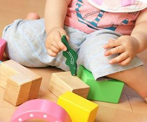 玩具で遊ぶ園児