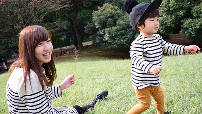 公園で子供を遊ばせる母親