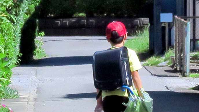一人で下校する子供