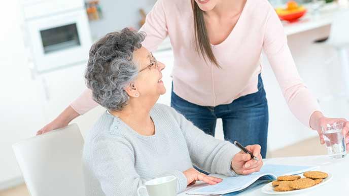 老人を介護する女性職員