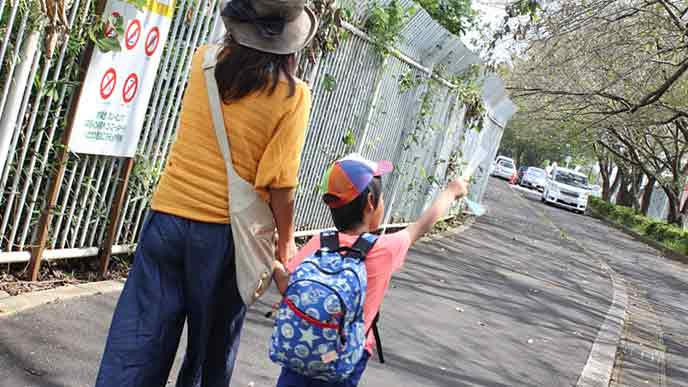 子供1人を連れて歩く母親